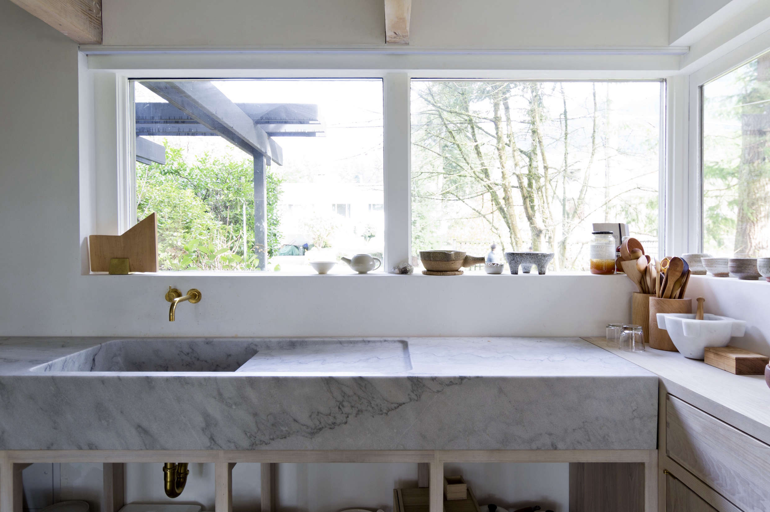Kitchen of the week a monumental marble countertop for Scott and scott architects