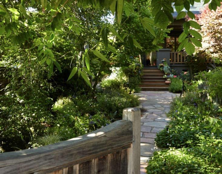 woodland-garden-gate-gardenista-733x574