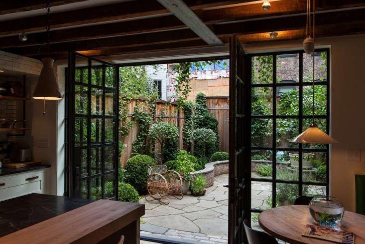 Susan-Wisniewski-Kitchen-Courtyard,-Gardenista-0