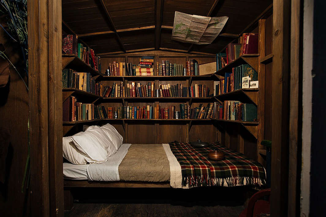 Nyc 39 s clandestine cabin the lodge at gallow green for Log home books