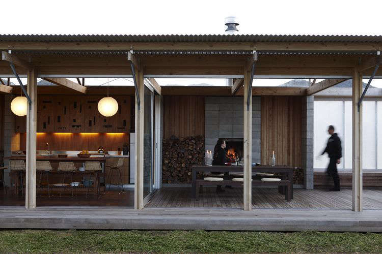 11 design ideas to steal from down under remodelista for Beach bach designs