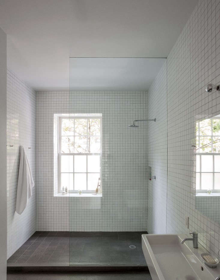 10 favorites white bathrooms from the remodelista for Bathroom renovation brooklyn
