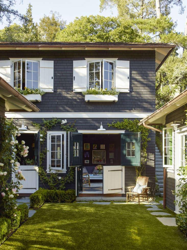 mill_valley_garden_backyard_lawn_dutch_doors__gardenista_OT068906