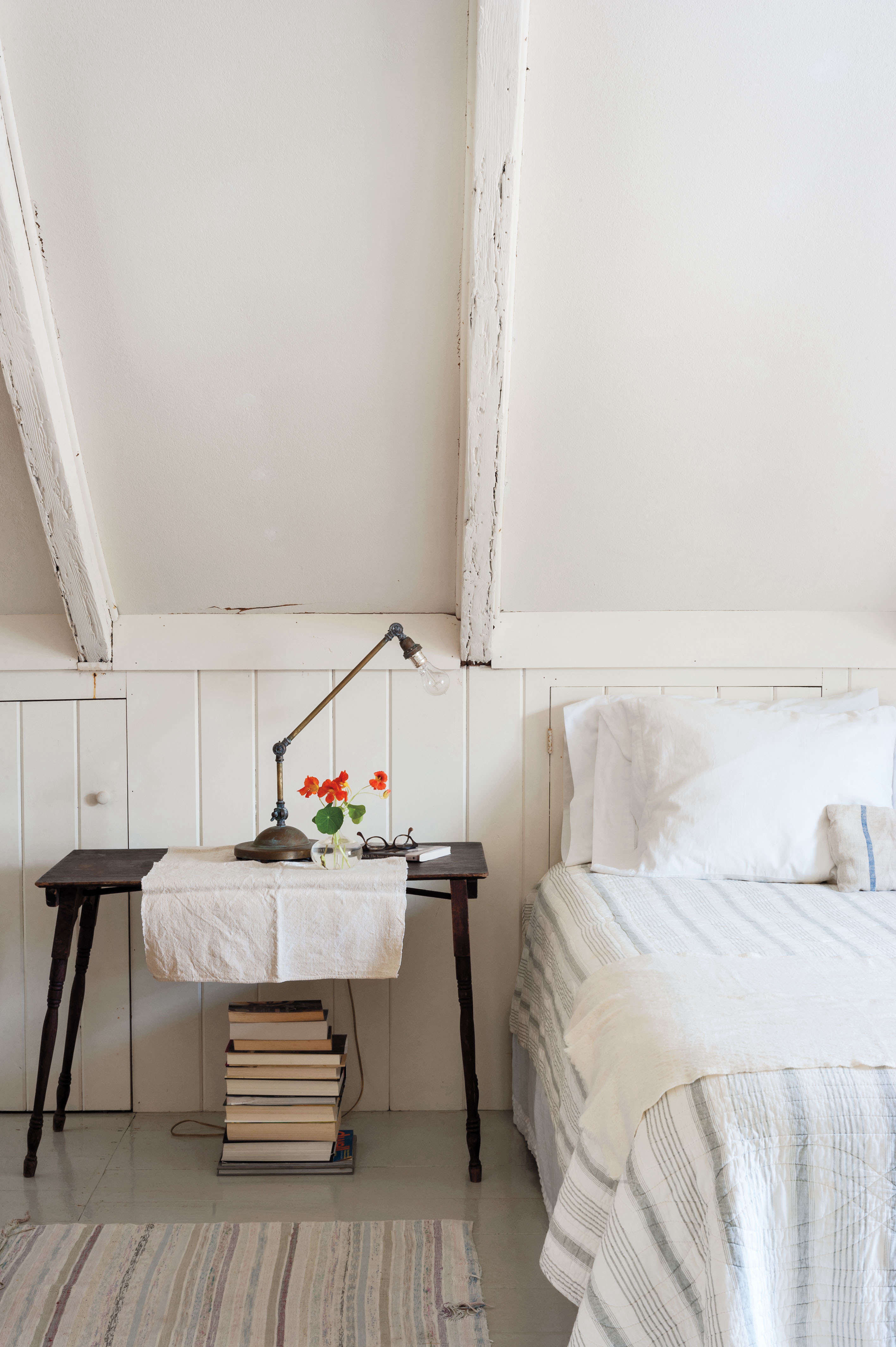 domestic dispatches 7 secrets for making the perfect bed remodelista. Black Bedroom Furniture Sets. Home Design Ideas