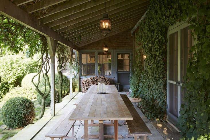 scott-mitchell-bridgehampton-landscape-garden-covered-deck-dining-furniture-wisteria-gardenista
