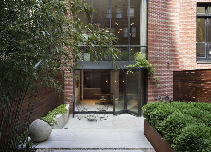 julie-farris-manhattan-garden-patio-pavers-accordion-doors-bamboo-gardenista