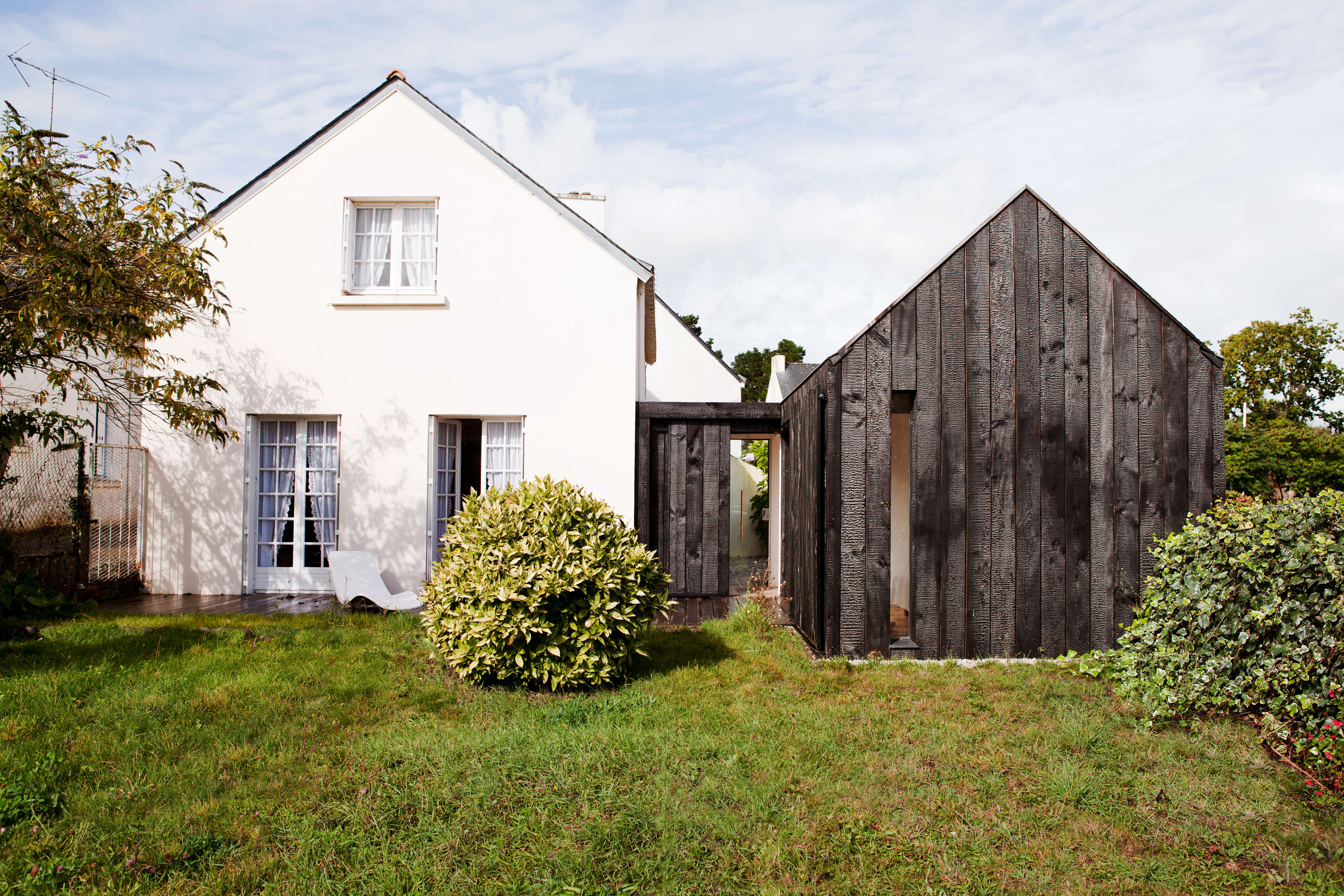 Before and after a charred wood cottage on a 45k budget for Budget maison bois