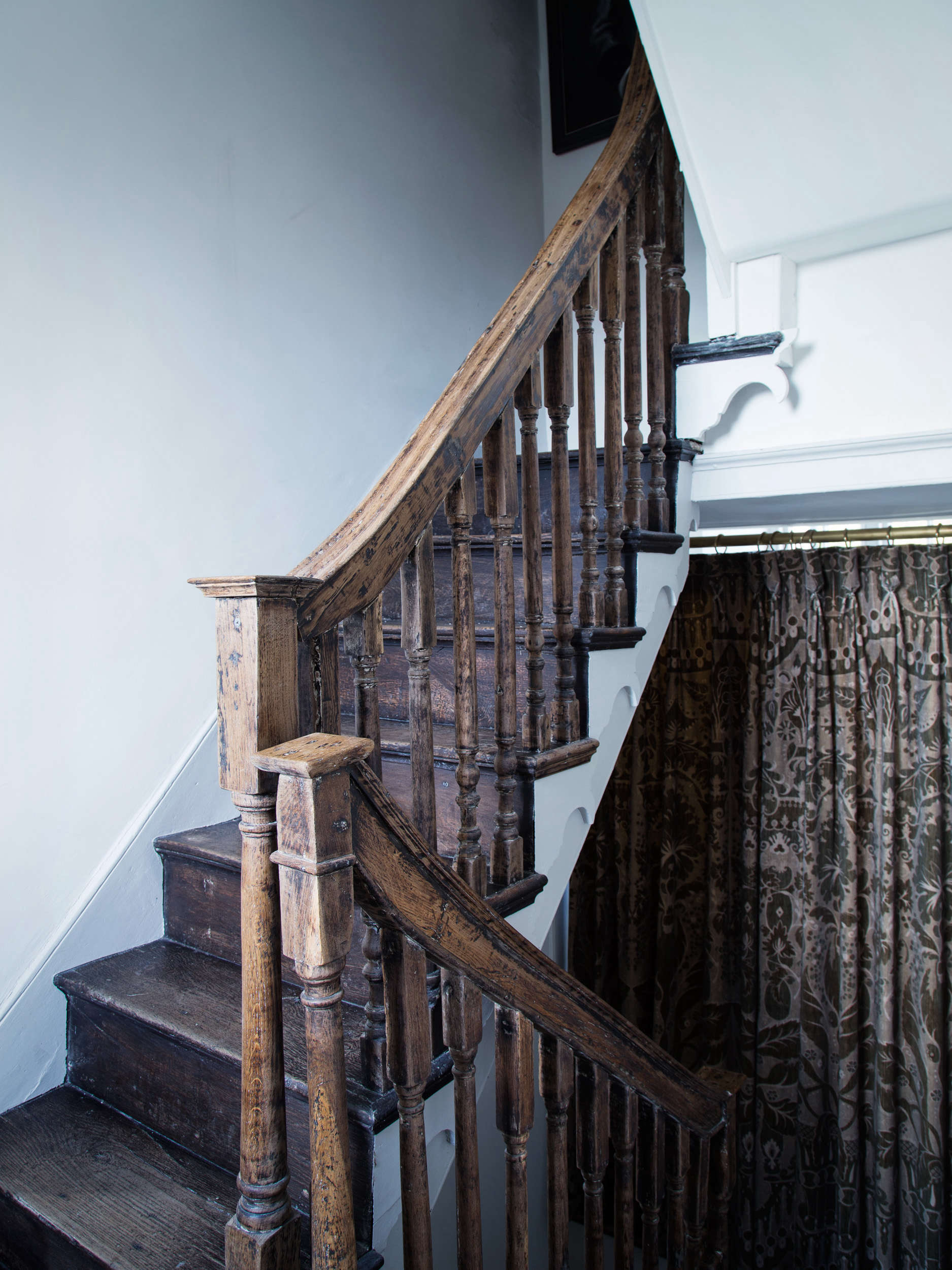 Stairwell in Blue Dorset House by Mark Lewis, Photo by Rory Gardiner