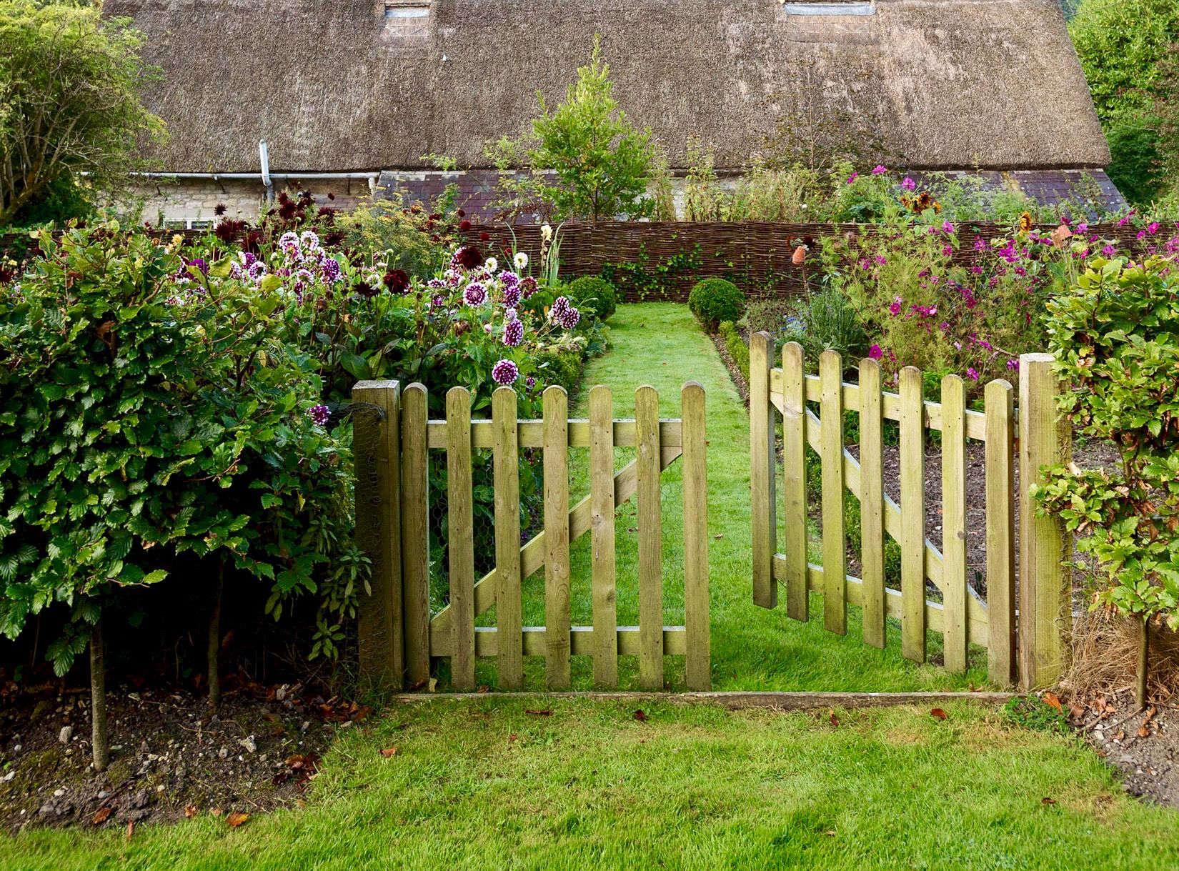 Fences and gates on gardenista for Garden design 101