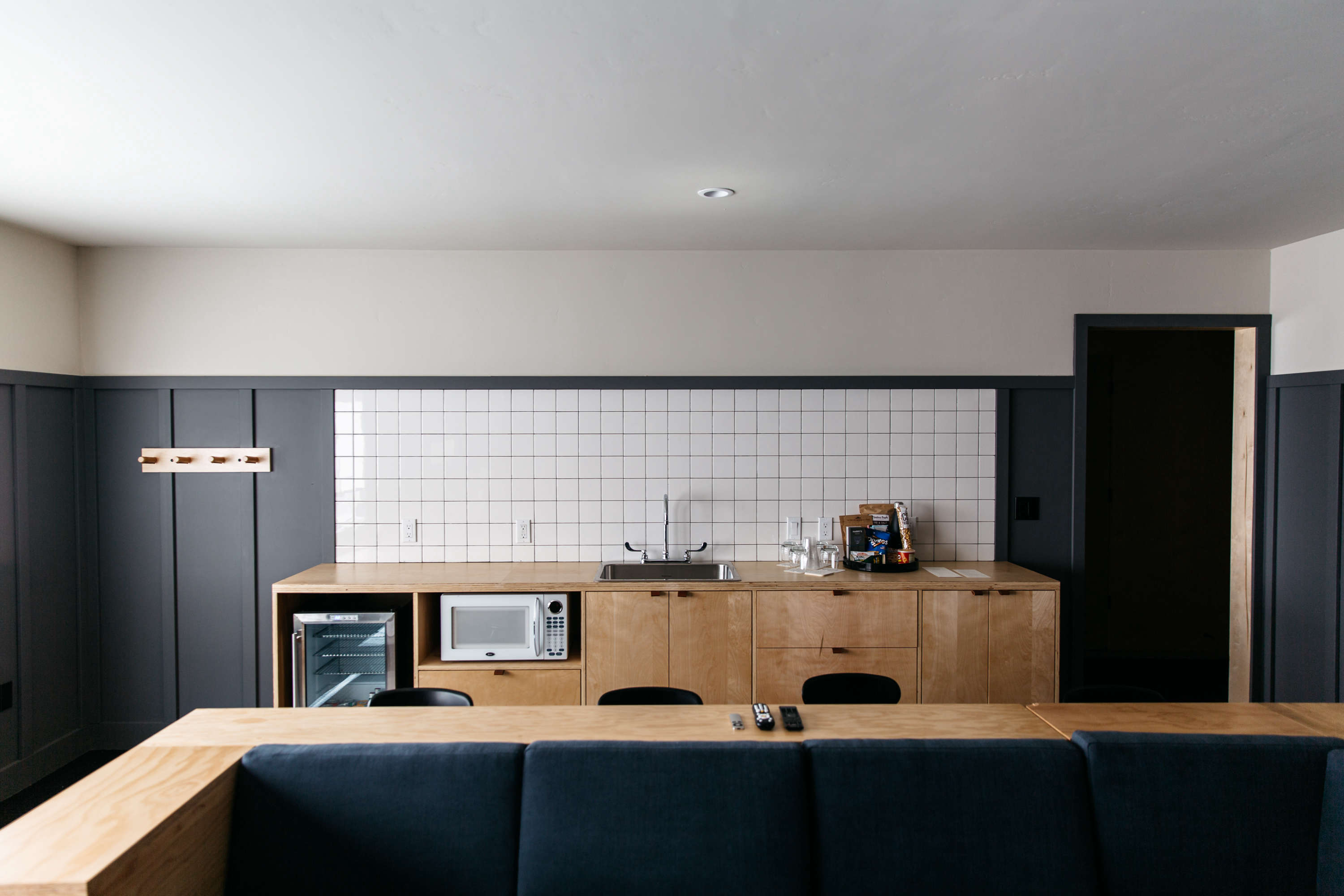 gray-and-white-suite-coachman-hotel-tile