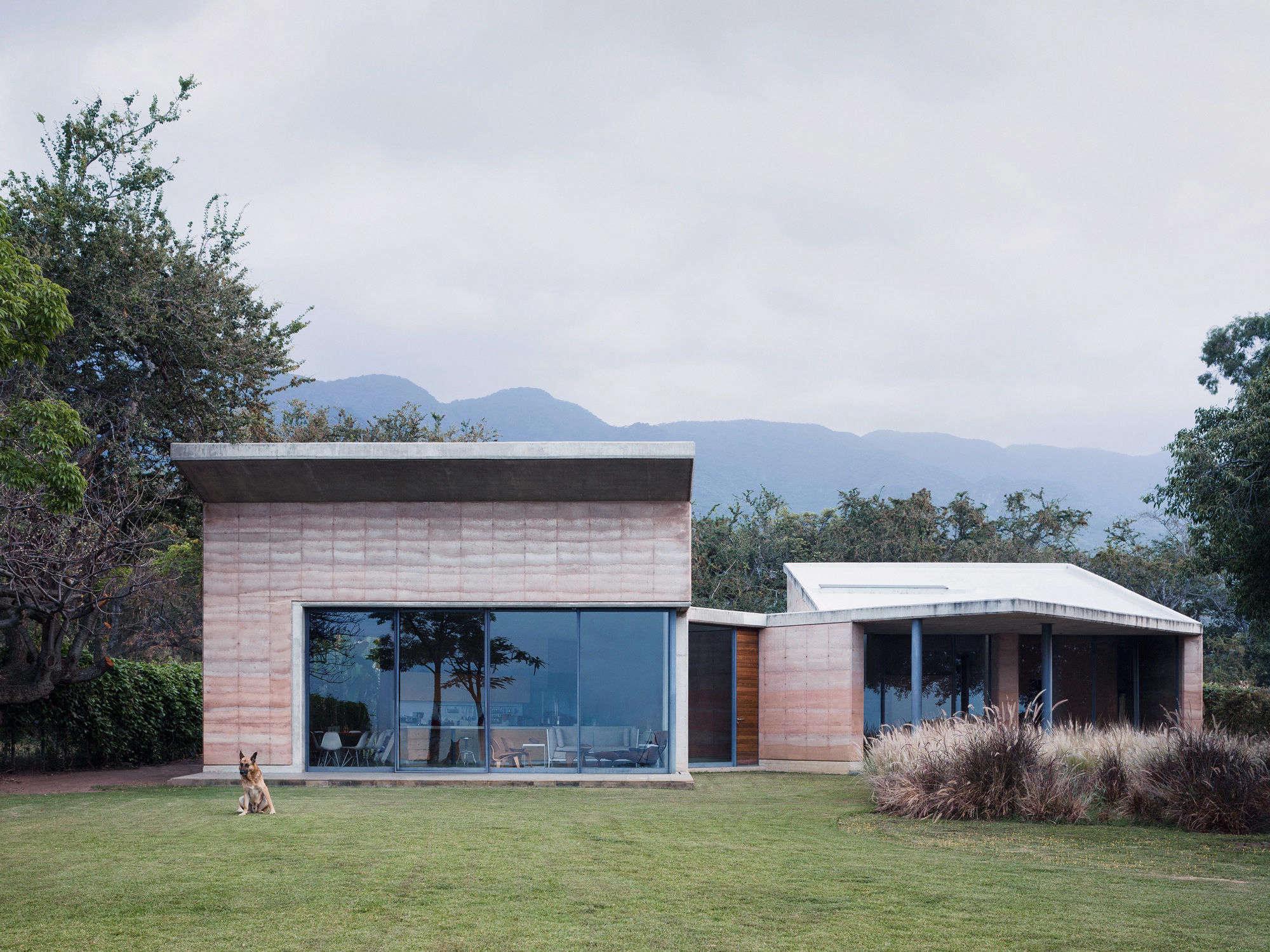 Stupendous A Rammed Earth House In Lago De Chapala By Tatiana Bilbao Machost Co Dining Chair Design Ideas Machostcouk