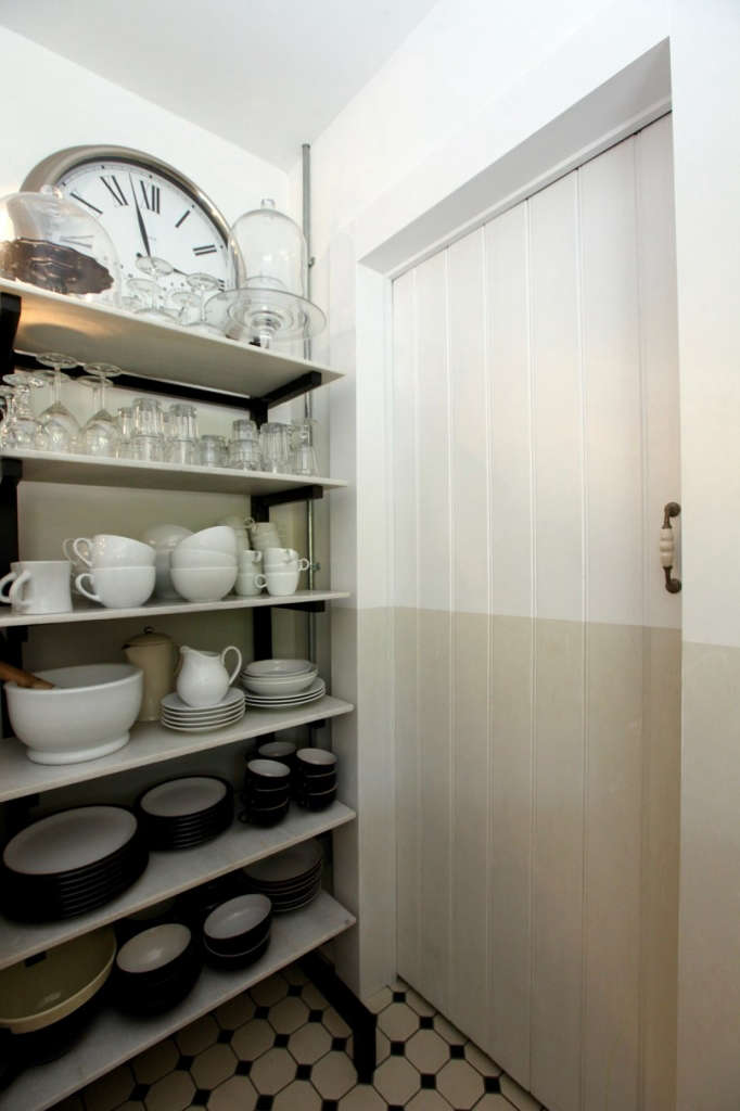 bakers rack & pantry (wash up) door 12