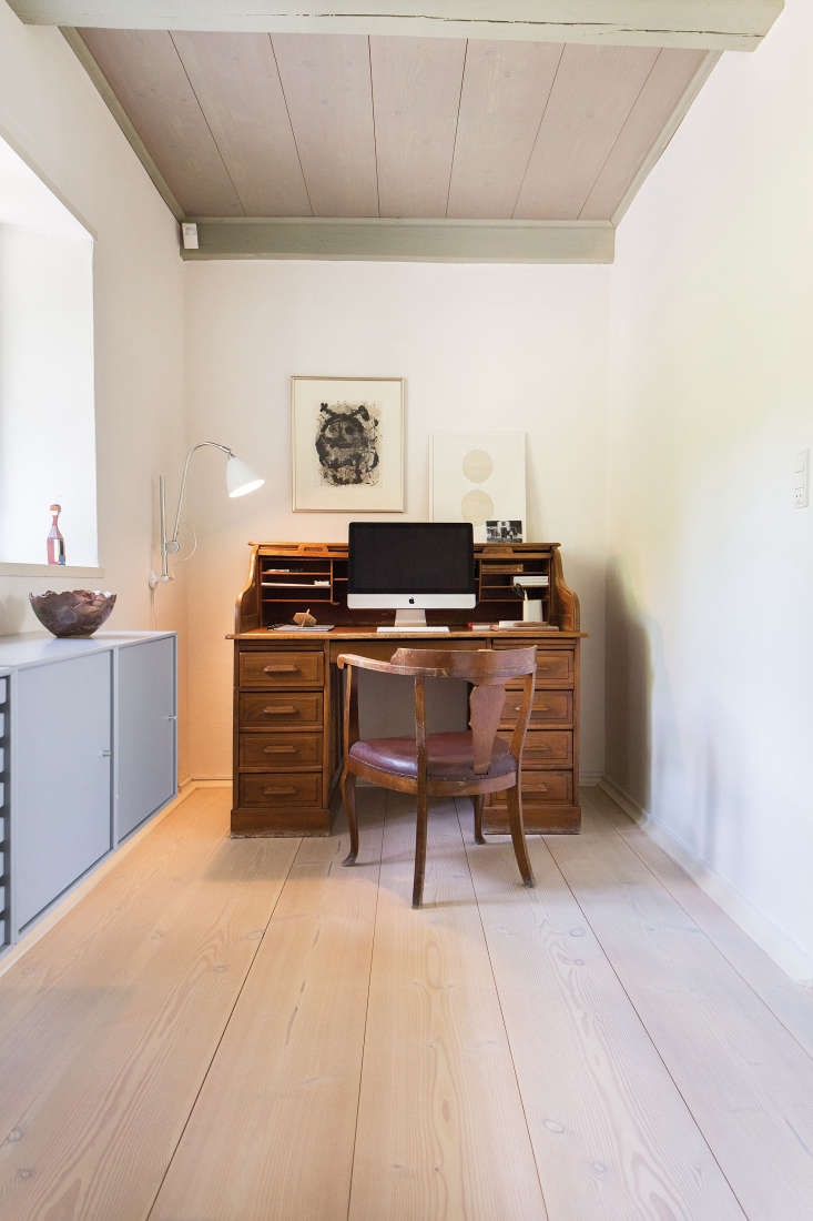 an old fashioned secretary desk and vintage chair contrast nicely with modern p 22