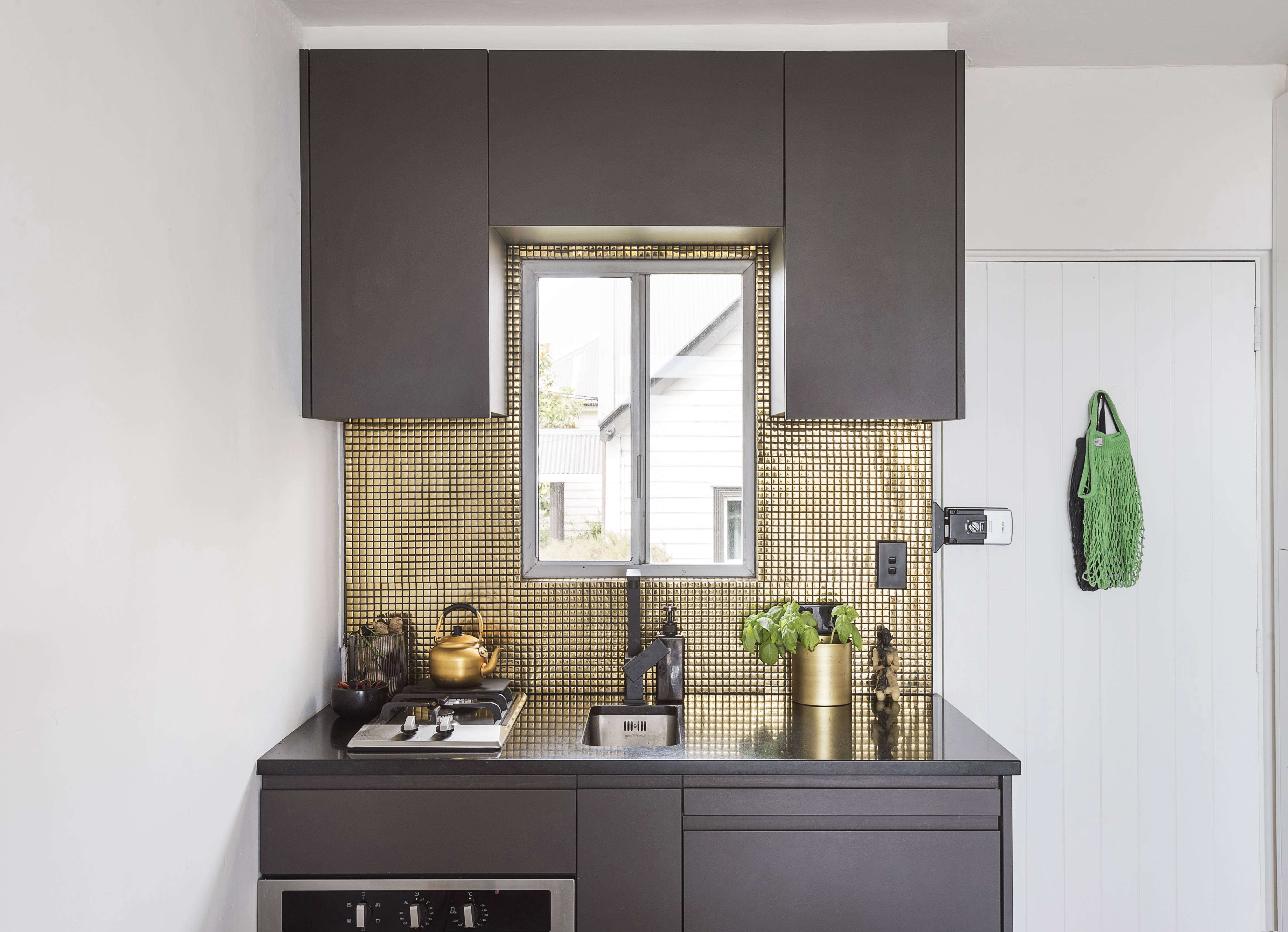 A Glamorous Studio Apartment in Auckland That Feels Like a One ...
