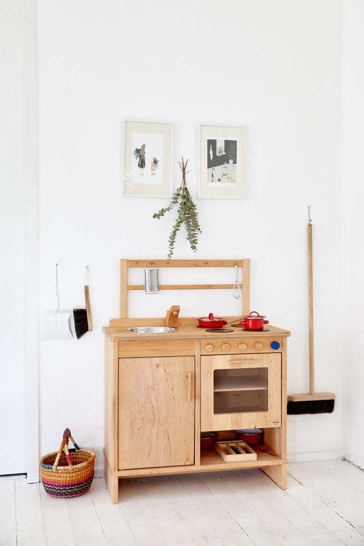 maria&#8\2\17;s wood toy stove is aschöllner fromechtkind. the illustr 15