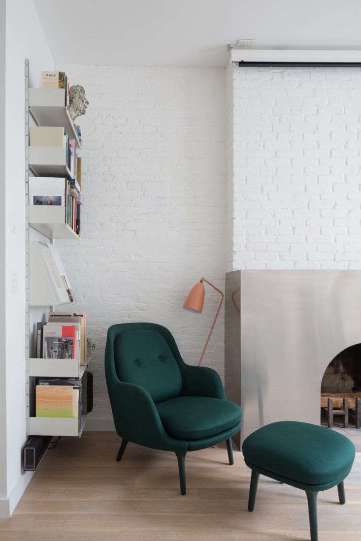 Dvir and Rauchwerger outfitted a side wall with Vitsoe shelving, which keeps books neatly corralled but still on display. (Note the periodical-style shelfin the middle that lets artful covers face outwards; see Trend Alert: loading=