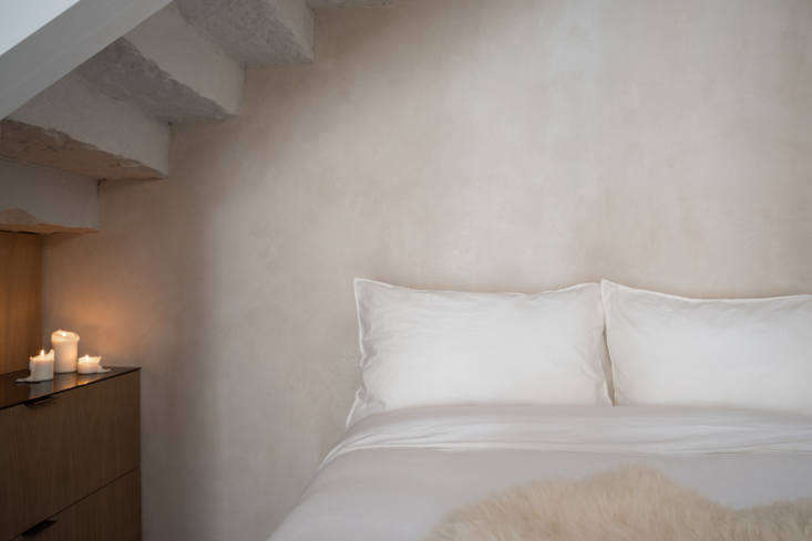 Porteous Studio vacation rental bedroom, Edinburgh, Izat Arundell design. Zac & Zac photo.