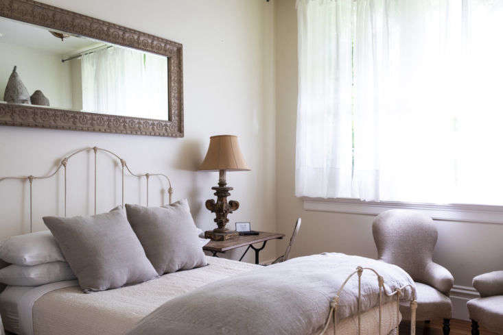 every room is decorated with antiques sourced from vintage shops and flea marke 15