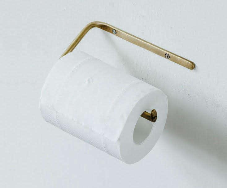 Fog-Linen-brass-toilet-paper-holder.