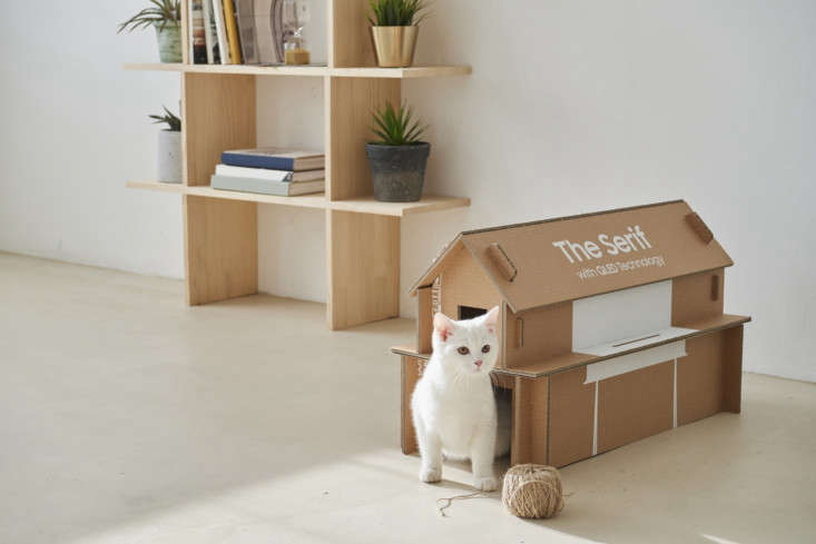 DIY cardboard cat house from Samsung eco packaging.