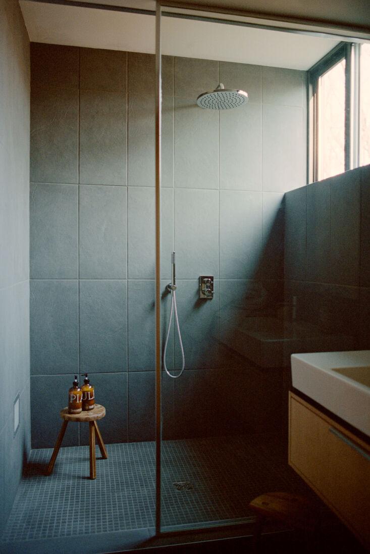 en suite bathrooms in every cabin. photograph by jody rogac. 17