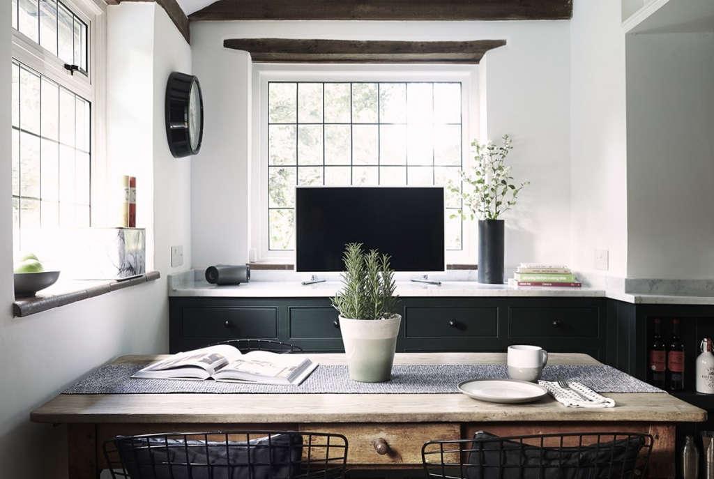 thatched cottage kitchen 07 15