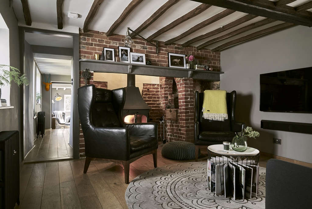 thatched cottage sitting room 01 9