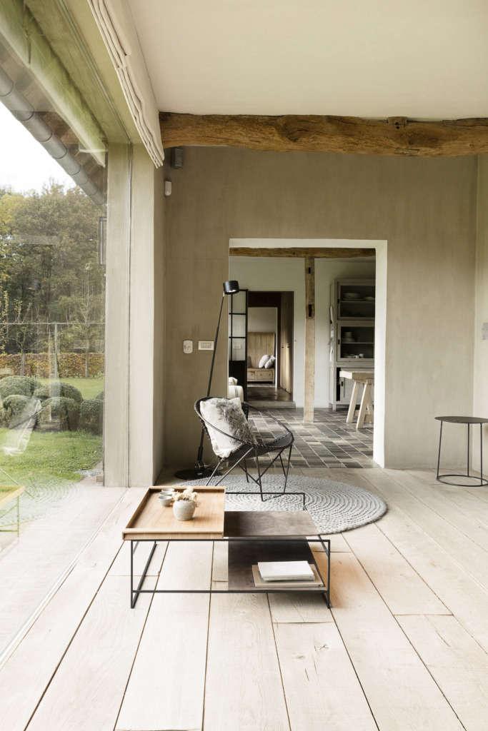 panoramic windows fully integrating the green surroundings. 11