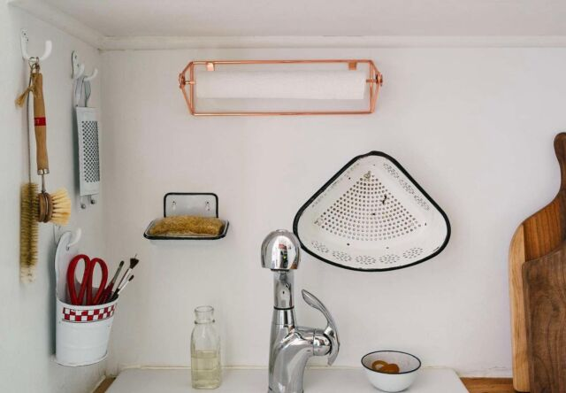 There's so much to love aboutSandeep Salter's kitchen sink setup—the decanted liquid soap, the old-fashioned brushes on display, the modernpaper towel holderfrom West Elm—but what we find most intriguing is her repurposing of an enamel soap dish (the kind with built-in drainage) as a sponge holder. Click the link in our bio for more creative ideas of where to house your sponge. Photo byJonathan Pilkingtonfor Remodelista; styling byAlexa Hotz.